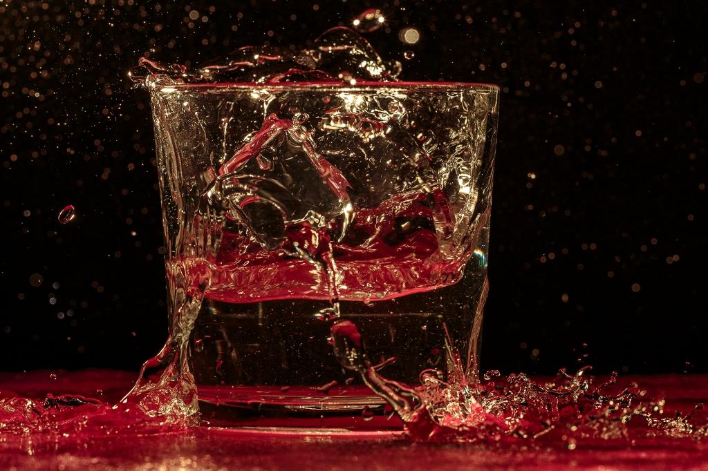 Agua derramándose de un vaso